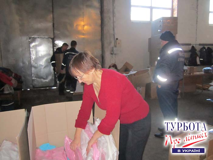 Наші волонтери пакують речі для біженців із зони АТО